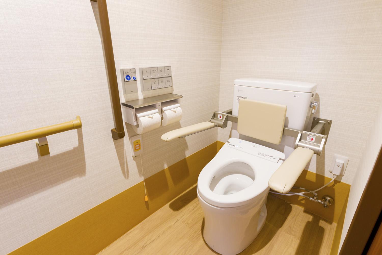 ひじ掛けや背もたれを配した、ゆったりとしたトイレ